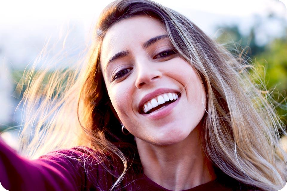 Zdjęcie selfie uśmiechniętej kobiety